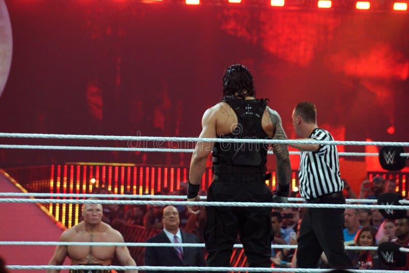 WWE-Kampioen Brock Lesner met de gangen van verdedigerpaul heyman aan stock foto's