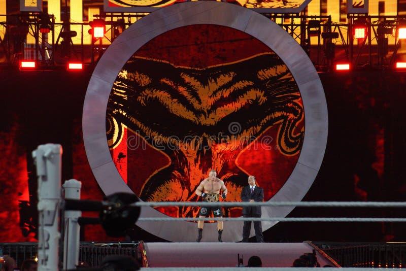 WWE verdedigt Brock Lesner en de agent Paul Heyman gaat arena in stock foto's
