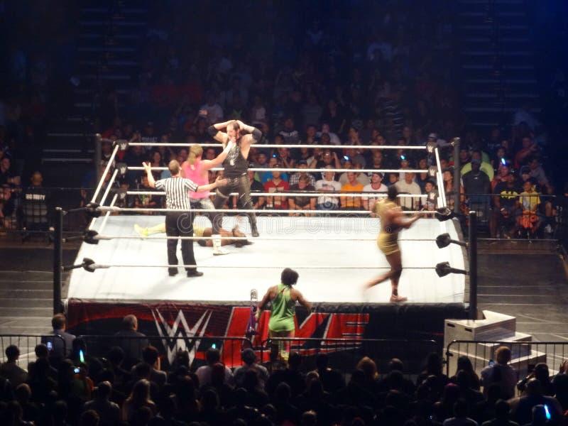 WWE-Worstelaars Dolph Ziggler en Baron Corbin-dans over Kofi Kin royalty-vrije stock afbeelding