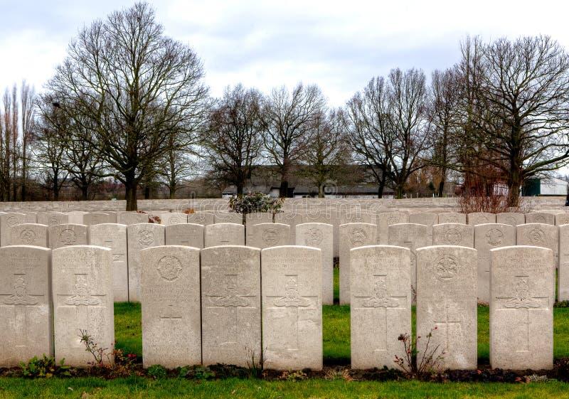 WWI-gravstenar av gravar i den Lijssenhoek kyrkogården, Flanders fält royaltyfri fotografi