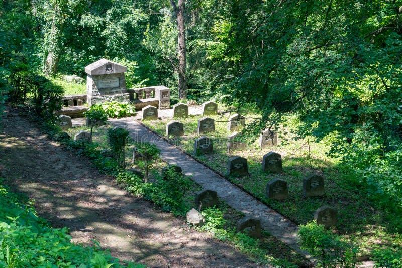 WWI-kyrkogård, nära den saxiska kyrkogården som lokaliseras bredvid kyrkan på kullen i Sighisoara, Rumänien arkivfoton