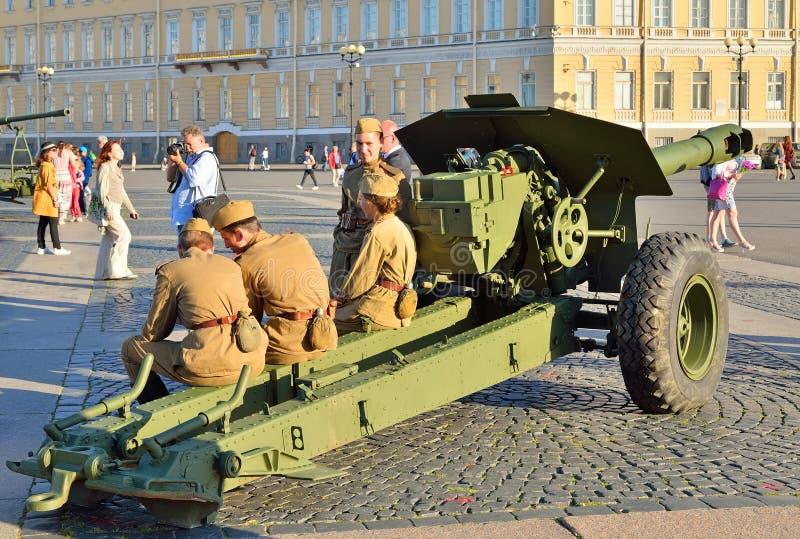 WWII制服的战士坐在的床火炮 库存照片