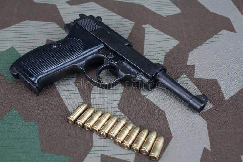 WWII时代纳粹德国军队9有弹药的mm半自动手枪 库存图片