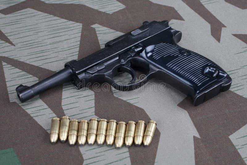 WWII时代纳粹德国军队9有弹药的mm半自动手枪 免版税图库摄影