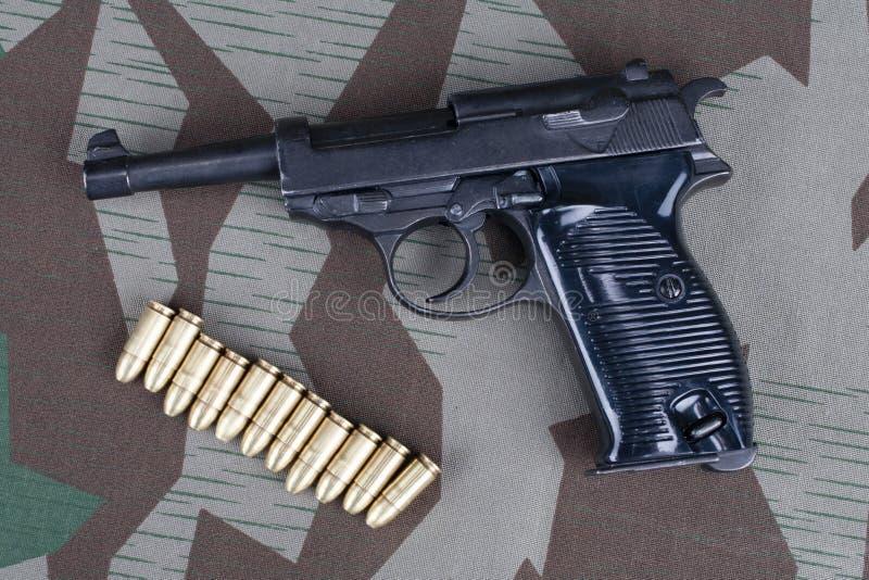 WWII时代纳粹德国军队9有弹药的mm半自动手枪 库存照片