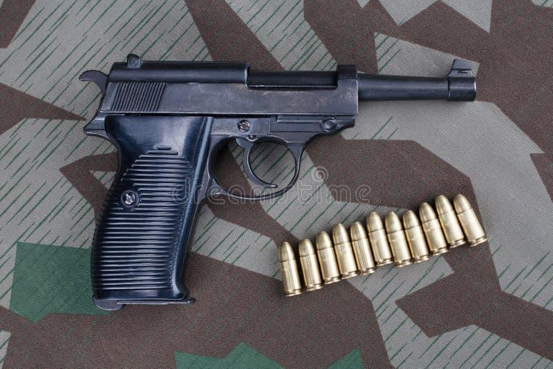 WWII时代纳粹德国军队9有弹药的mm半自动手枪 免版税库存图片