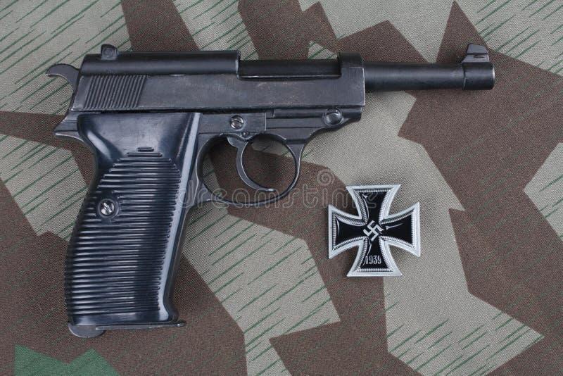 WWII时代纳粹德国军队9有铁十字架奖的mm半自动手枪 免版税库存图片