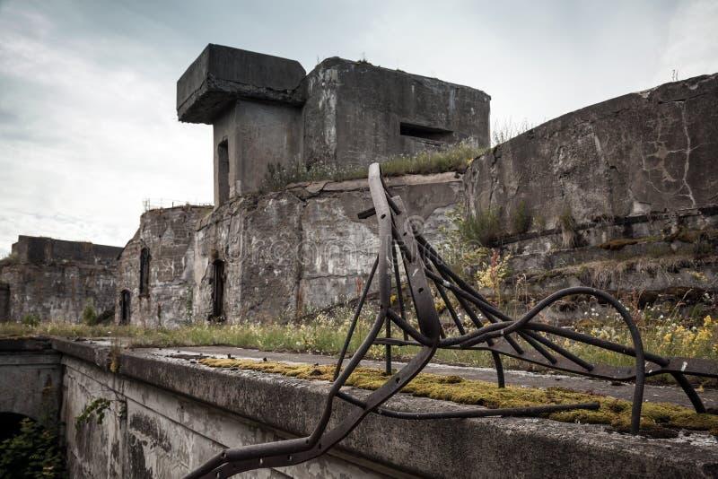 从WWII期间的老被放弃的具体地堡 免版税库存照片