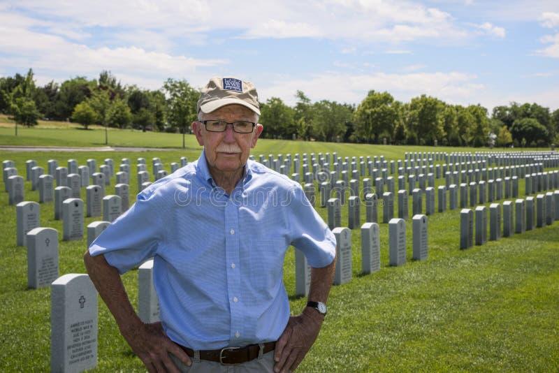 WWII παλαίμαχος που στέκεται στο νεκροταφείο στοκ εικόνες