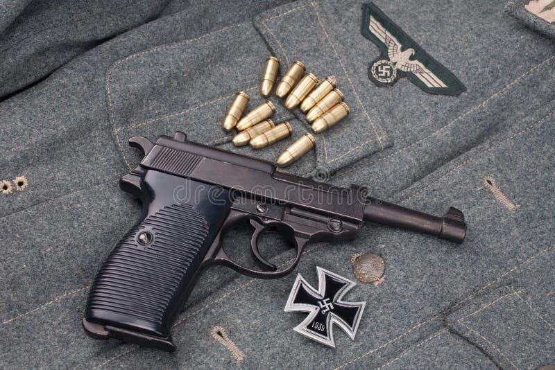 WWII era nazi german Army 9 mm halvautomatisk pistol med Iron Cross-pris arkivfoto