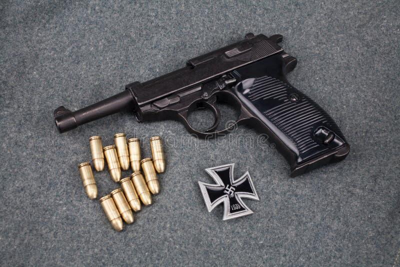 WWII era nazi german Army 9 mm halvautomatisk pistol med Iron Cross-pris royaltyfri foto