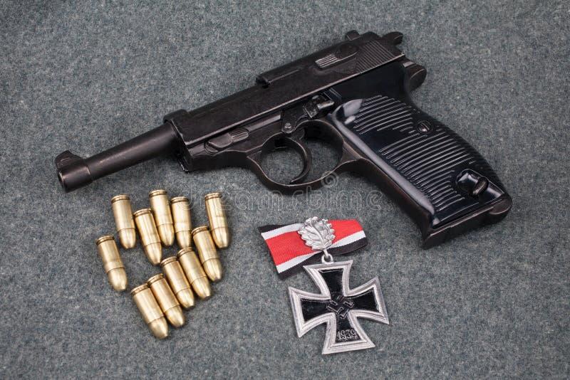 WWII era nazi german Army 9 mm halvautomatisk pistol med Iron Cross-pris royaltyfria bilder