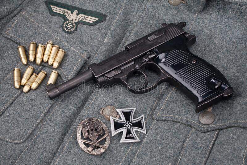 WWII era nazi german Army 9 mm halvautomatisk pistol med Iron Cross-pris arkivbilder