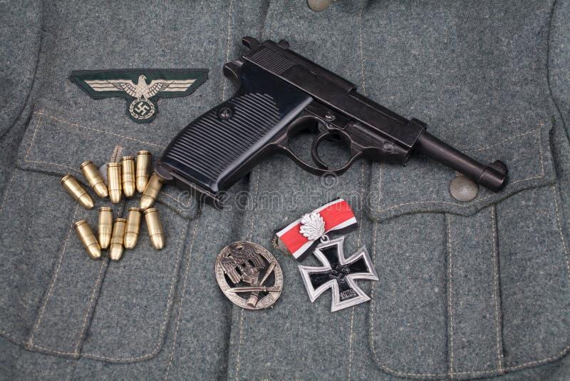 WWII era nazi german Army 9 mm halvautomatisk pistol med Iron Cross-pris royaltyfri bild