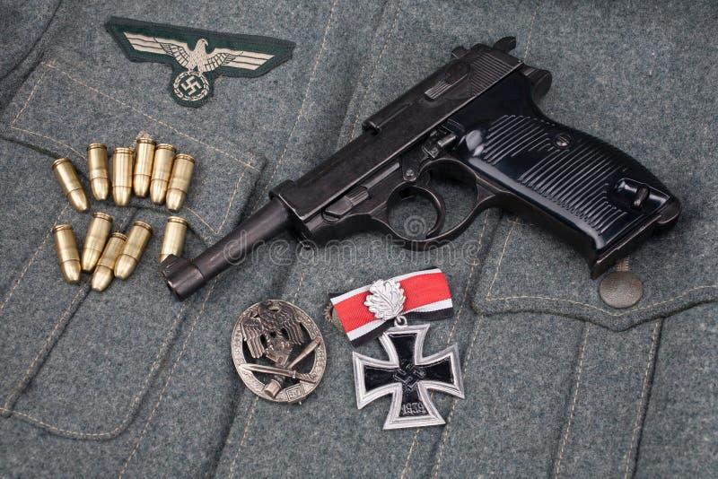 WWII era nazi german Army 9 mm halvautomatisk pistol med Iron Cross-pris royaltyfria foton
