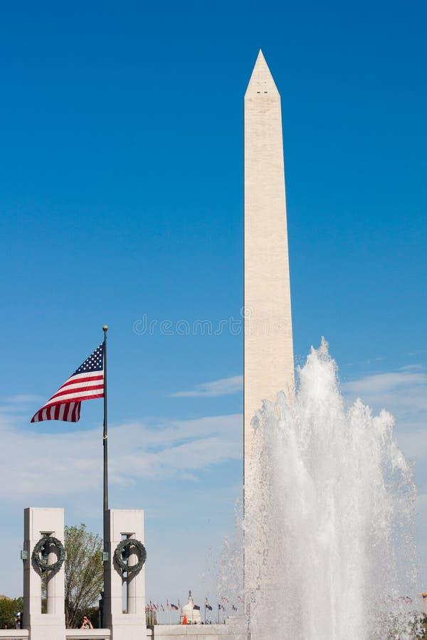 WWII-minnesmärke och Washington monument royaltyfria bilder