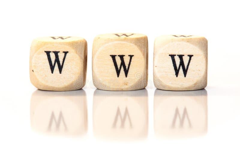 WWW buchstabierte Wort, Würfelbuchstaben mit Reflexion stockfotografie