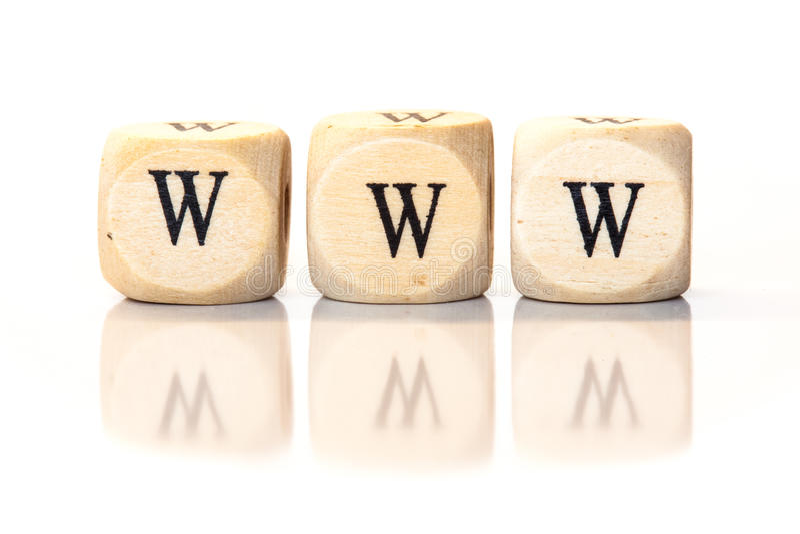 WWW soletrou a palavra, letras dos dados com reflexão fotografia de stock
