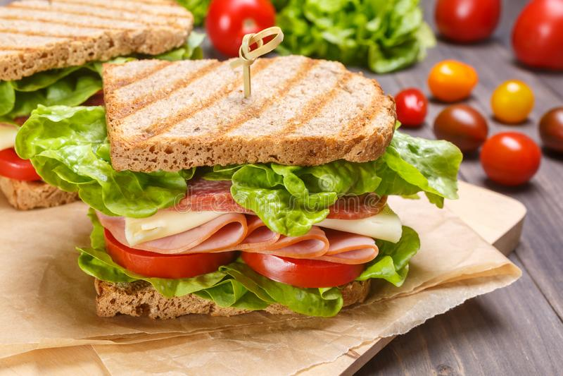Wyśmienicie baleron, salami, ser i warzywo kanapka, obrazy stock