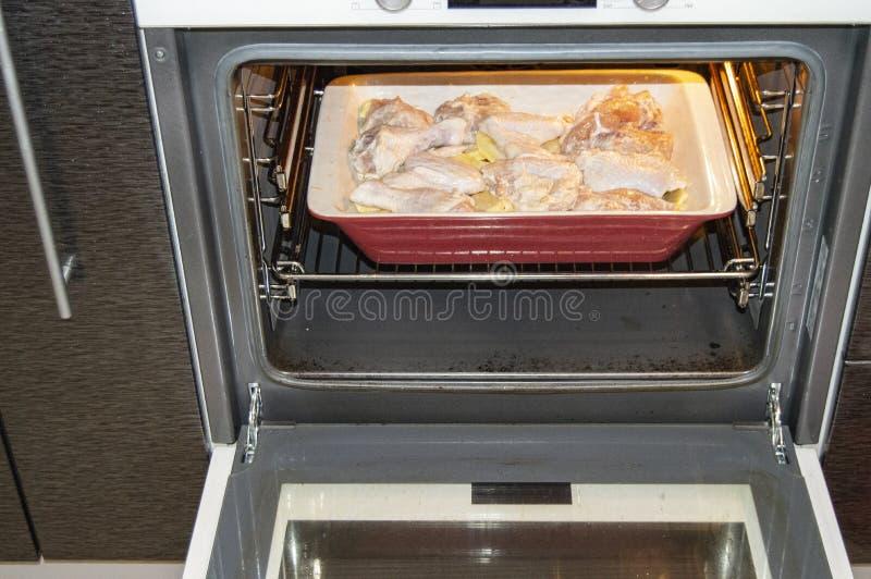 Wyśmienicie domowej roboty pieczeń z kurczakiem i grulami piec w ceramicznej tacy w gorącym piekarniku dla rodzinnego gościa rest fotografia stock