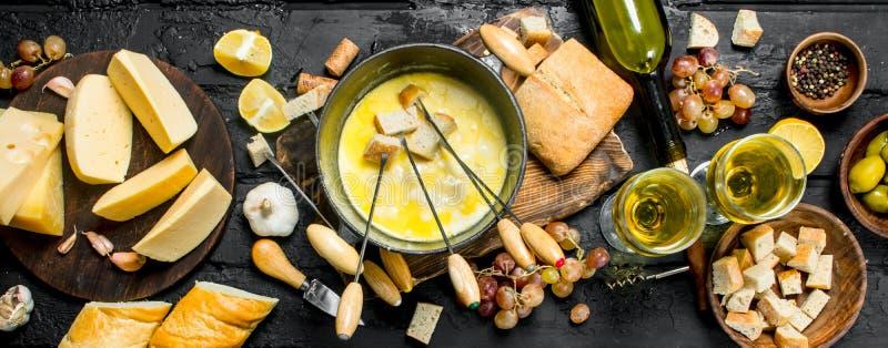 Wyśmienicie fondue ser z białym winem fotografia stock