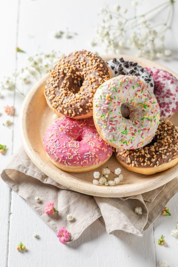Wyśmienicie i słodcy donuts z różnorodnymi typami polewy obrazy royalty free