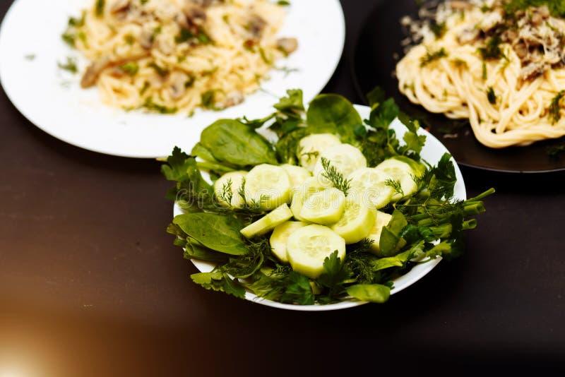 Wyśmienicie lunch na czarnym drewnianym tle lub gość restauracji, w górę obraz royalty free