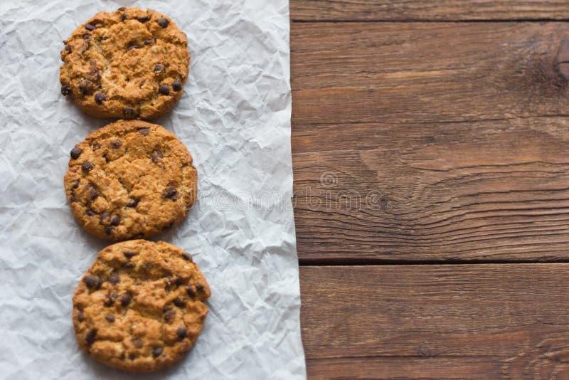 Wyśmienicie oatmeal ciastka z kawałkami czekolada na drewnianym stole fotografia stock
