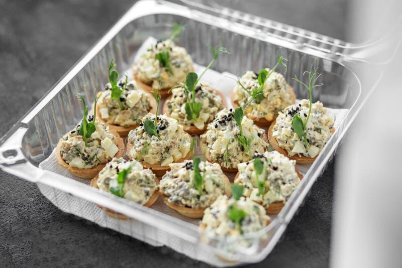 Wyśmienicie smakosz przekąsza z kurczakiem i serem w lunchu pudełku Karmowa dostawa Pojęcie jedzenie, restauracja, catering, menu obraz stock