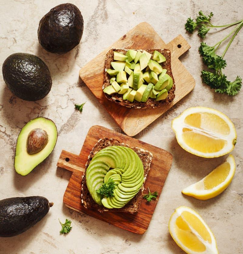 Wyśmienicie wholewheat grzanka z avocado plasterkami zdrowa żywność fotografia stock