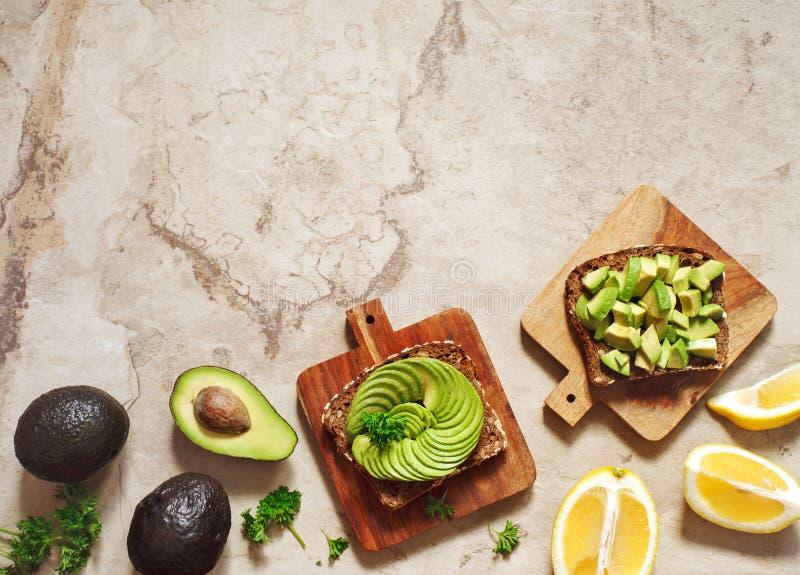 Wyśmienicie wholewheat grzanka z avocado plasterkami zdrowa żywność zdjęcia stock