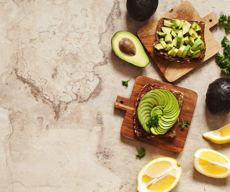 Wyśmienicie wholewheat grzanka z avocado plasterkami zdrowa żywność zdjęcia royalty free