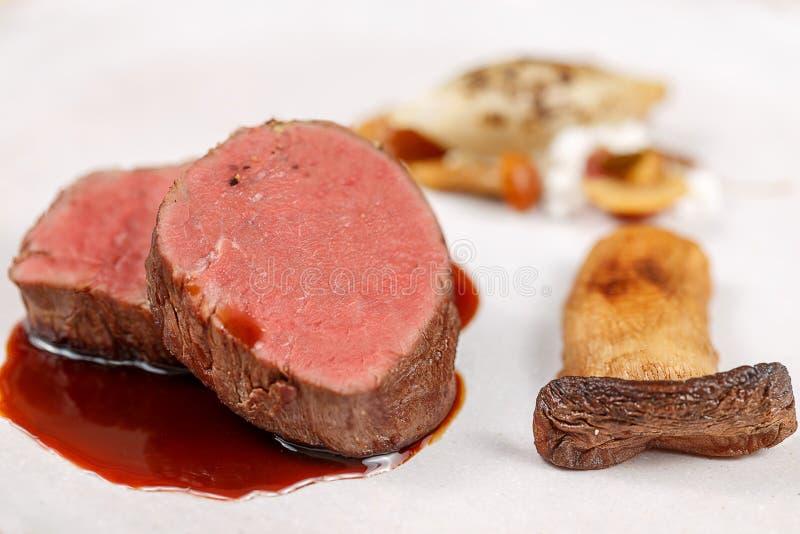 Wyśmienicie wołowina filet Słuzyć z minimalistick garnirunkiem obraz stock