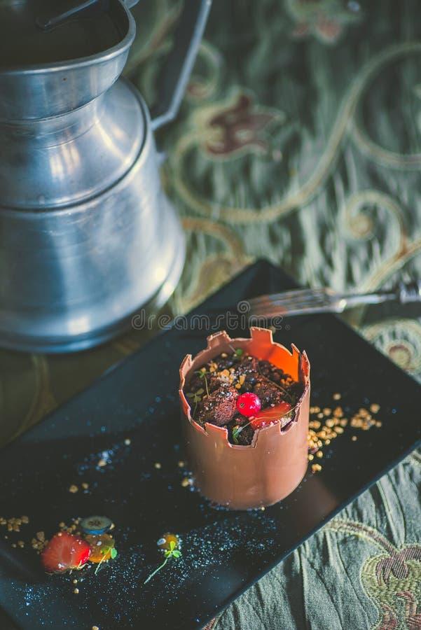 Wyłączny czekoladowy tort jak wierza z owoc słuzyć na czarnym talerzu, produkt fotografia dla patisserie, deser dla kasztelu obrazy stock