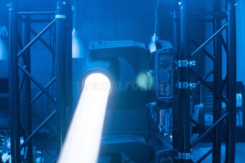 Wyłaczający na scenie zaświeca pod błękitnym światłem Lekka chodzenie głowa dla wydarzenia i koncerta sceny zdjęcie stock