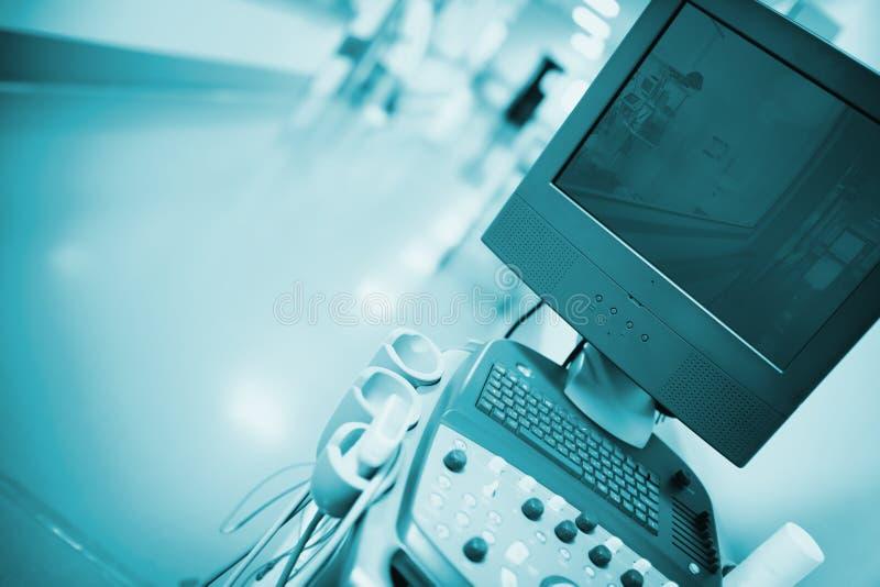 Wyłaczający z ultradźwięku egzaminacyjnego przyrządu w szpitalnym corri fotografia stock