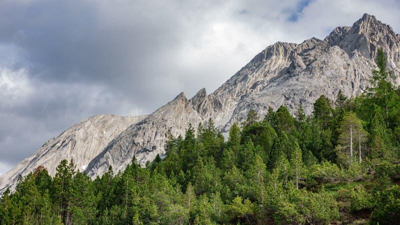 Wyłaniać się Dolomiti alps w Włochy obrazy stock