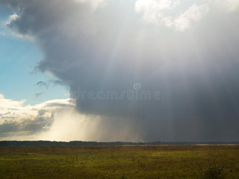 Wyłania się burzy chmura obraz royalty free