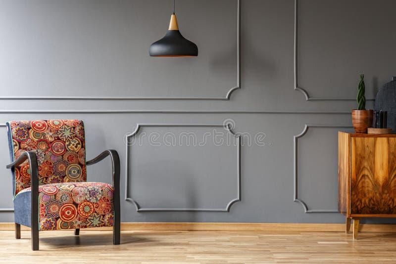 Wyścielany karło z kolorowym boho wzorem, antykwarskim drewnianym gabinetem i miejscem dla kanapy w eleganckim żywym izbowym wnęt obrazy stock