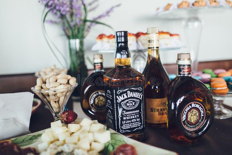 Wyśmienici alkoholiczni napoje i przekąski na bufeta stole fotografia royalty free