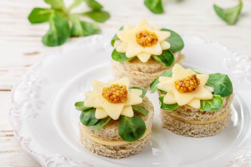 Wyśmienici canapés chleb z serem, ziele i słodką musztardą, Smakowita przekąska dla smakoszy w białym talerzu antipasti selekcyj obraz stock