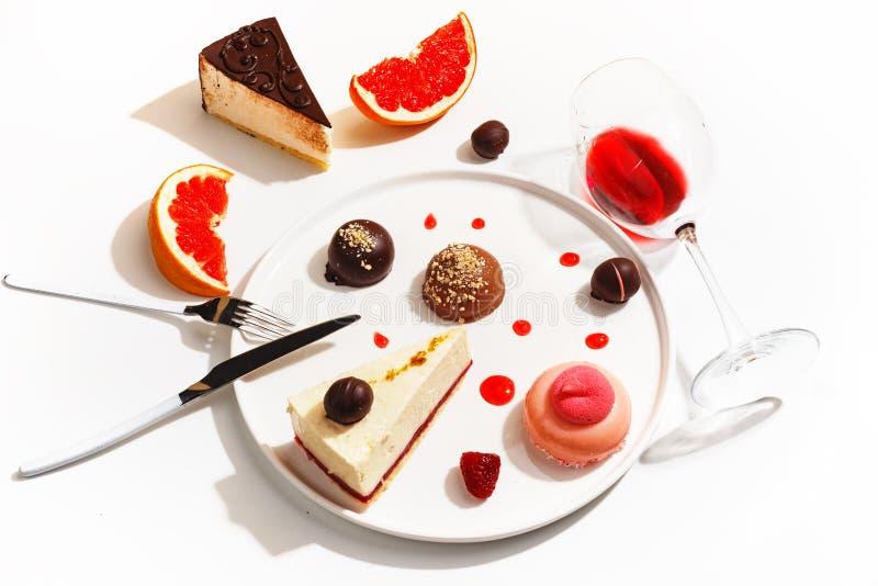 Wyśmienici desery i grapefruitowi plasterki na białym talerzu Odgórny widok zdjęcia stock
