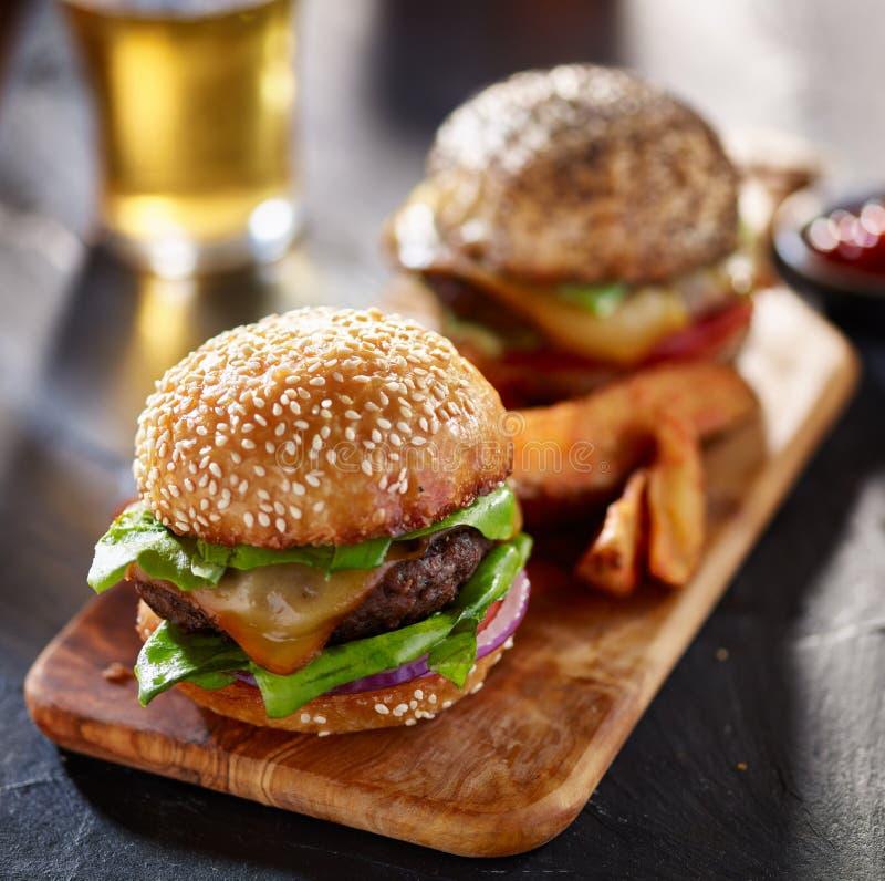 Wyśmienici hamburgery z dłoniakami i piwem obrazy royalty free