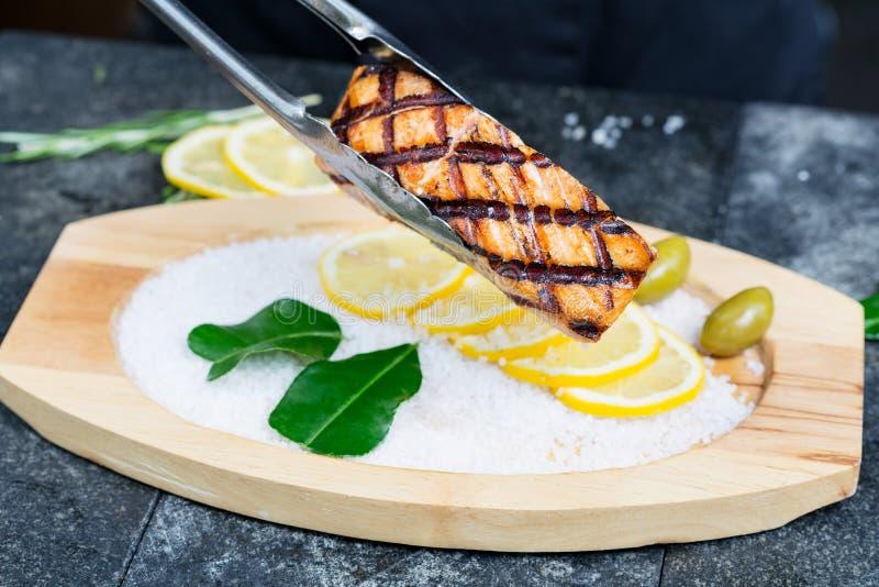 Wyśmienicie łososia polędwicowy piec na grillu słuzyć na drewnianym zdjęcie royalty free