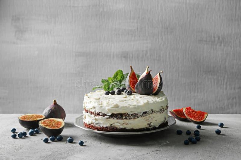 Wyśmienicie śmietankowy tort z figami i jagodami obraz stock