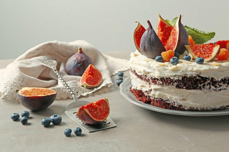 Wyśmienicie śmietankowy tort z figami i jagodami fotografia royalty free