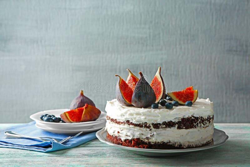 Wyśmienicie śmietankowy tort z figami i jagodami zdjęcie stock