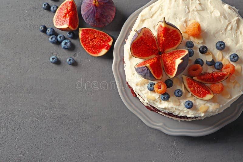 Wyśmienicie śmietankowy tort z figami i jagodami zdjęcia royalty free