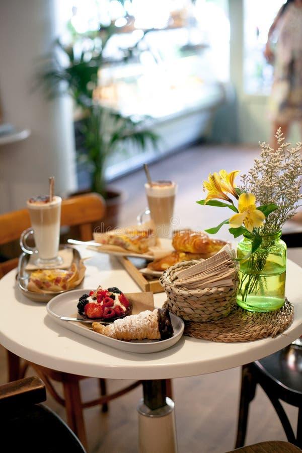 Wyśmienicie śniadanie dla dwa przy luksusowym hotelem z świeżym gorącym kulebiakiem, tarta z jagodowym dżemu, croissant i kawy ca zdjęcie royalty free