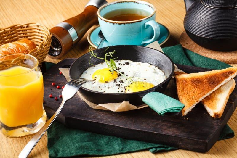 Wyśmienicie śniadanie rozdrapani jajka z kiełbasą w restauracji zdjęcie stock